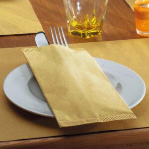 Busta portaposate monouso in carta paglia con tovagliolo. La più venduta. Scopri tutte le linee monouso di Eurotex Hotellerie!