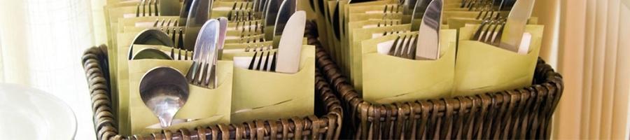 Busta portaposate monouso usa e getta in carta paglia con tovagliolo. La più venduta. Scopri tutte le linee monouso di Eurotex Hotellerie!