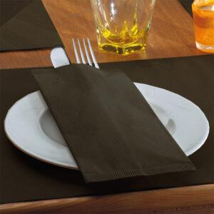 Busta portaposate monouso in carta paglia colorata con tovagliolo. La più venduta. Scopri tutte le linee monouso di Eurotex Hotellerie!